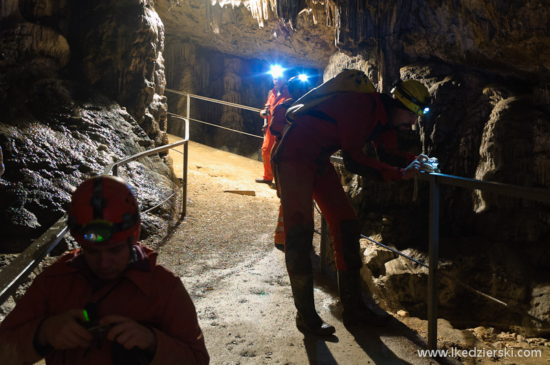 fotograf w jaskini