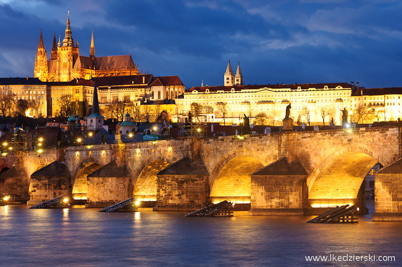 praga most karola blue hour