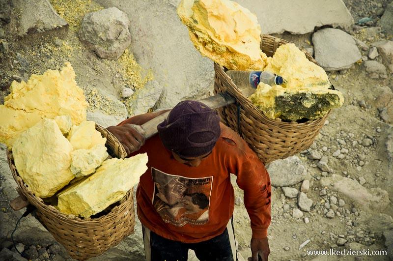 Kawah Ijen górnicy noszący kosze z siarką