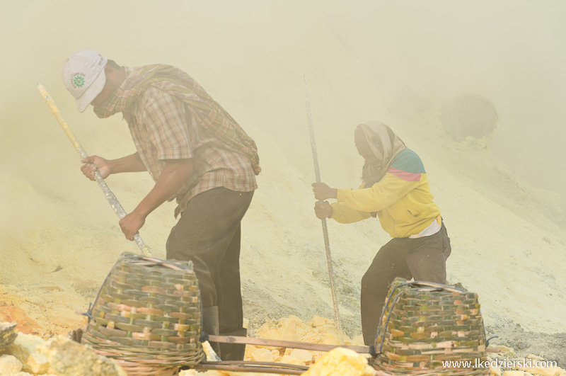 Kawah Ijen praca pośród toksycznego dymu
