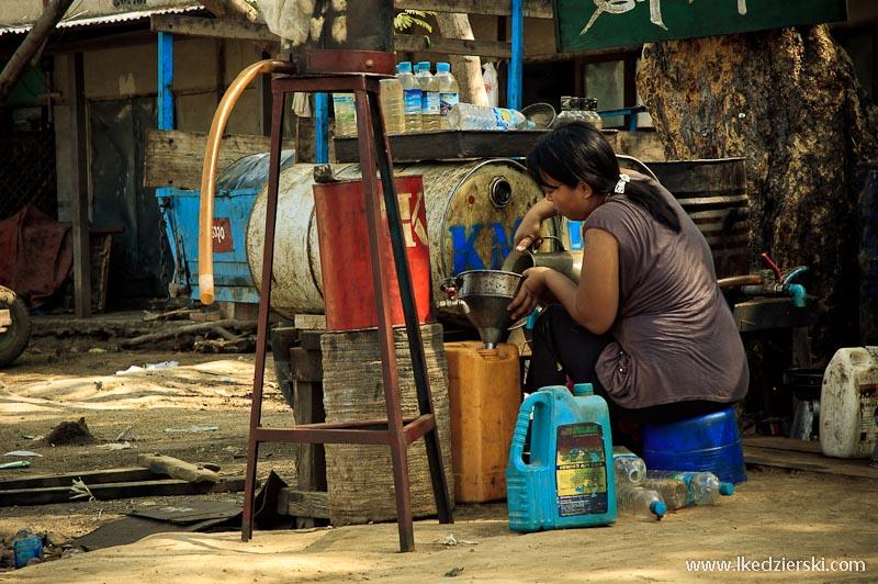 transport w birmie lokalna stacja paliw