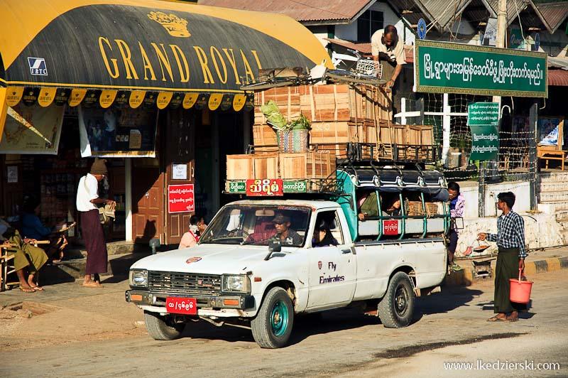 transport w birmie przeładowany samochód