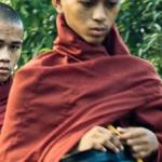 Mnisi z Bago, czyli poranne zbieranie jałmużny