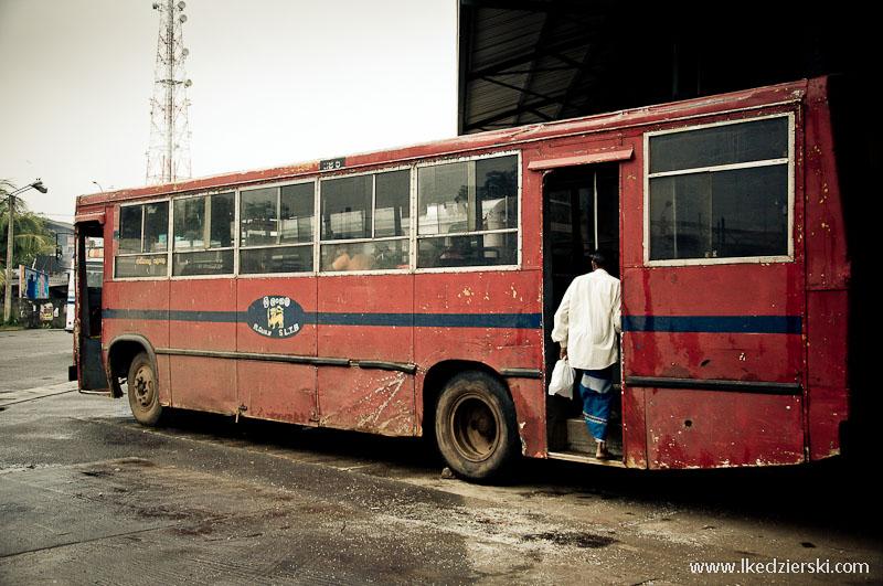 Czerwony kolor autobusu charakterystyczny dla pojazdów państwowych.