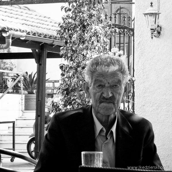 kreteńczyk w kawiarni