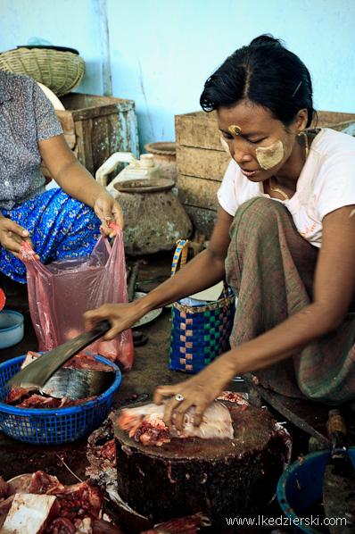 lokalny targ w bagan krojenie ryb