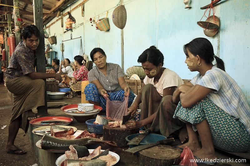lokalny targ w bagan sprzedawca ryb