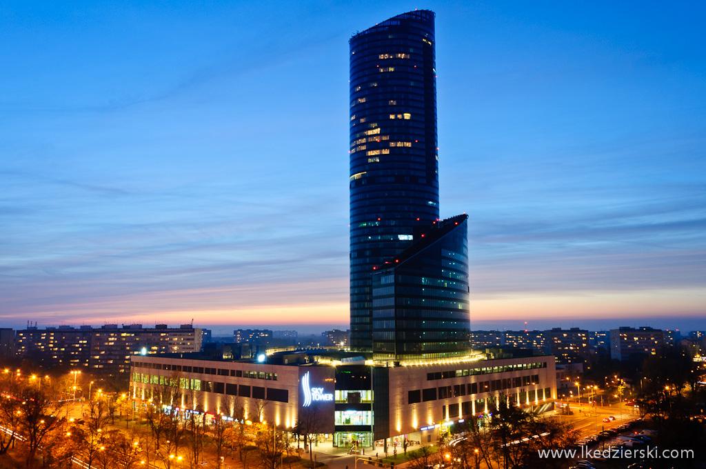 sky tower o zachodzie słońca zdjęcia