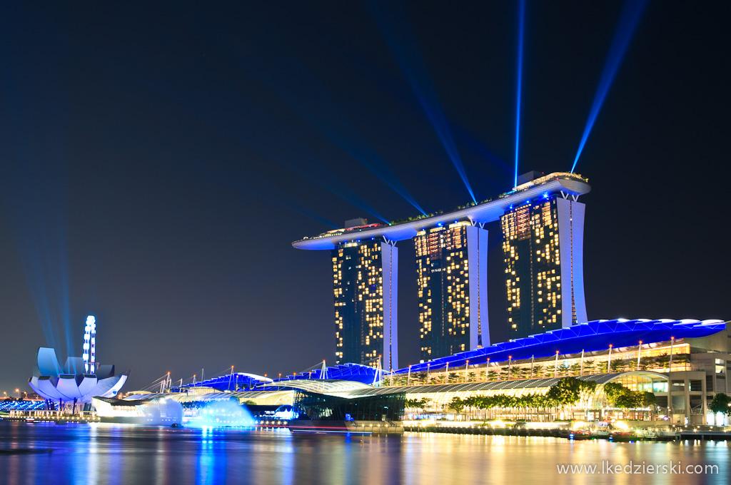 singapur po zachodzie słońca marina bay sands laser show