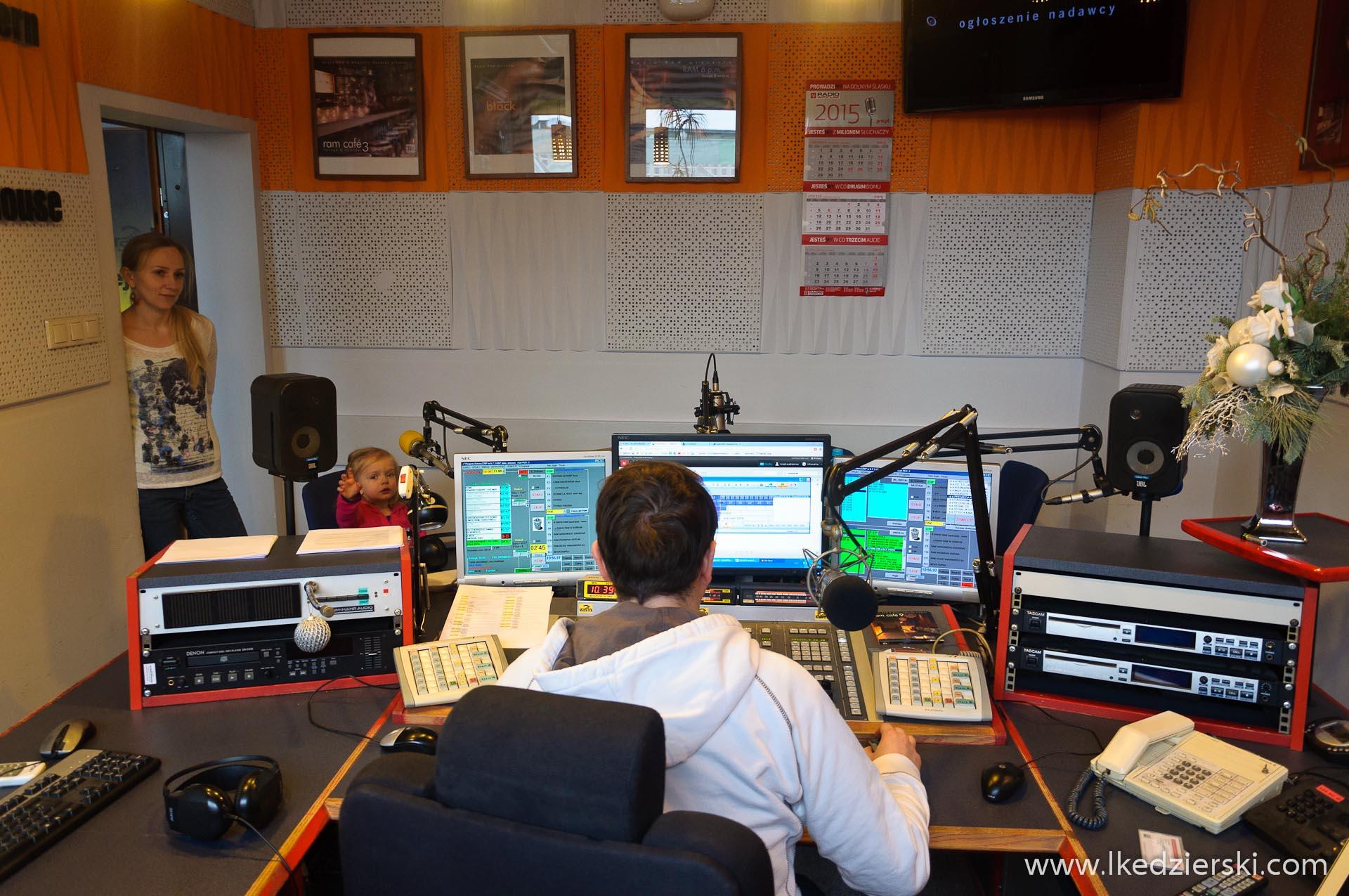 Nadia w podróży w studiu radiowym