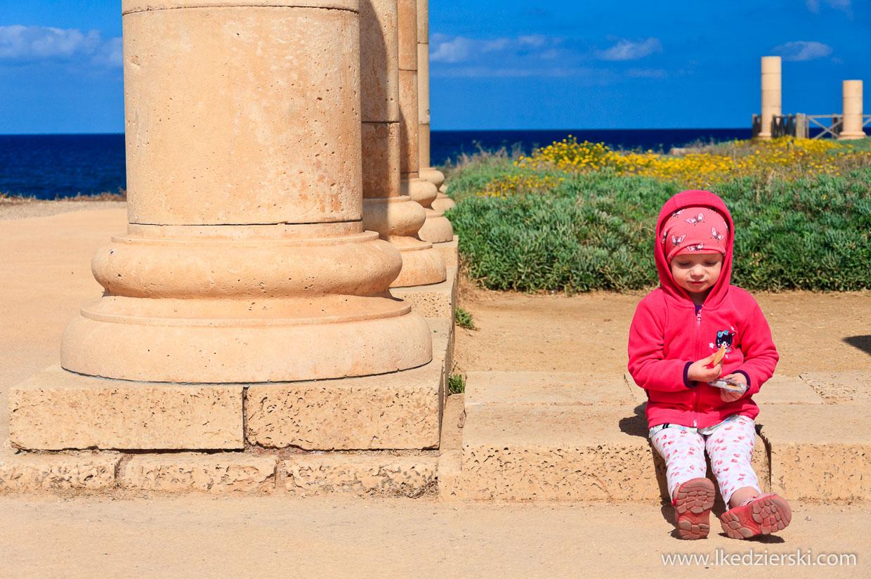 nadia w podróży ruiny na plaży