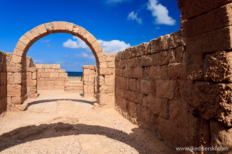 cezarea ruiny na plaży