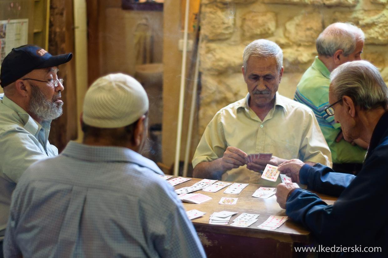 nazaret gra w barze mężczyźni w nazarecie