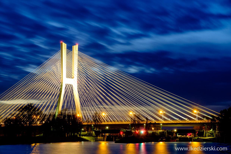 Wrocław. Most Rędziński po zachodzie słońca.
