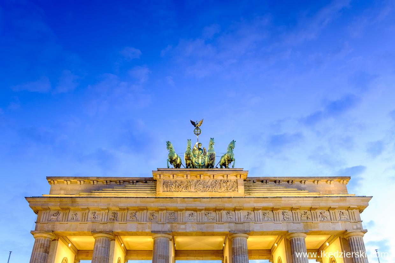 berlin brama brandenburska berlin na nocnych zdjęciach