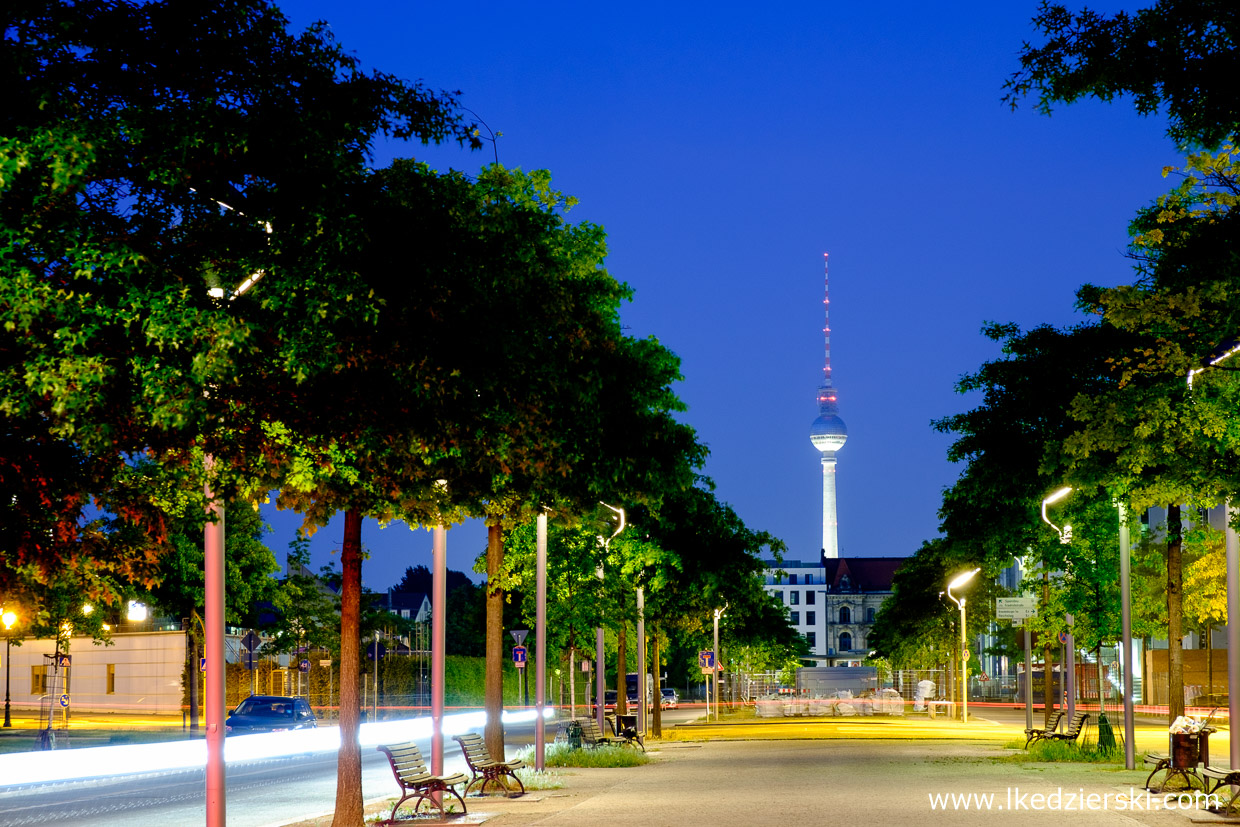 berlin tv tower sunset blue hour Berliner Fernsehturm berlin na nocnych zdjęciach