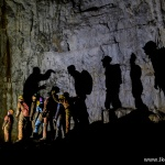 Teatr światła i cienia w jaskini