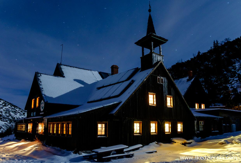 noc w karkonoszach nocne zdjęcia gór nocne zdjęcia karkonoszy samotnia schronisko