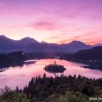 Magiczny wschód słońca nad jeziorem Bled