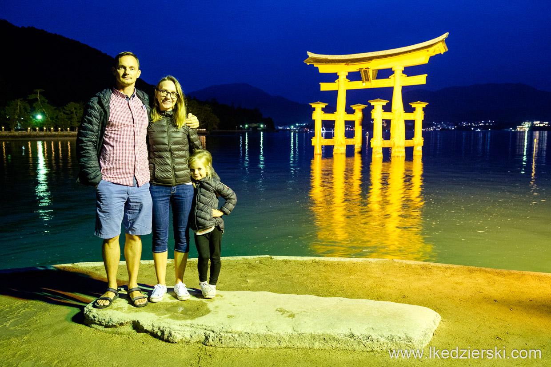 japonia Torii of Miyajima Itsukushima nadia w podróży podróż do japonii z dzieckiem