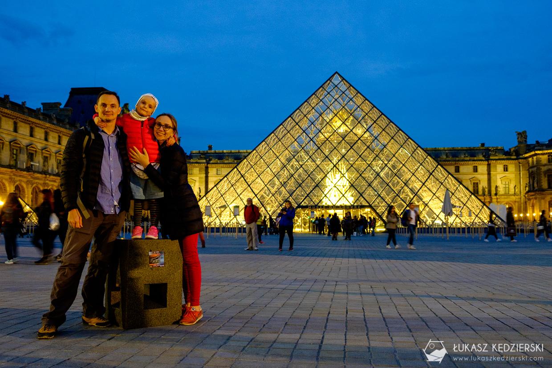 paryż luwr nocą piramida luwr