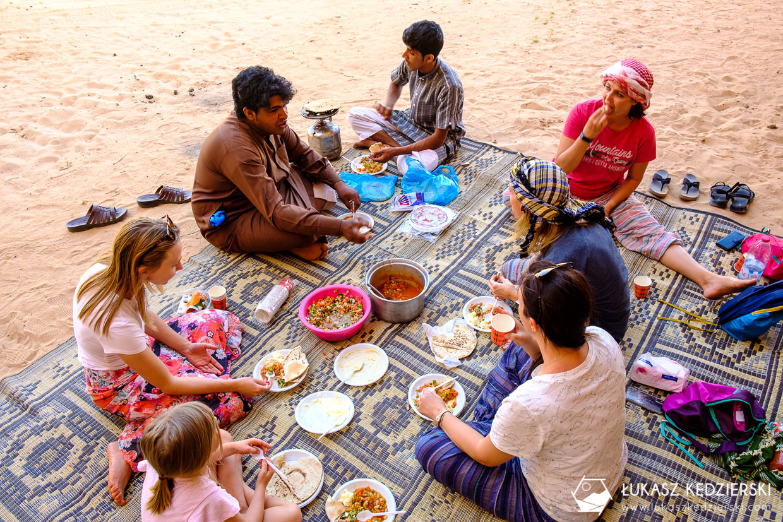 jordania wadi rum piknik pod skałą