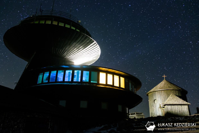 karkonosze nocą zdjęcia nocne zdjęcia karkonoszy nocne zdjęcia obserwatorium na śnieżce Wysokogórskie Obserwatorium Meteorologiczne na Śnieżce